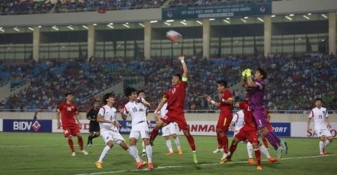 Pha bóng uy hiếp khung thành thủ môn U23 Hàn Quốc của U23 Việt Nam