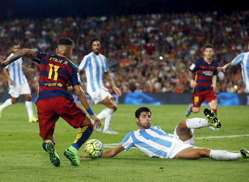 Miguel Torres để bóng chạm tay nhưng Barcelona không được hưởng phạt đền