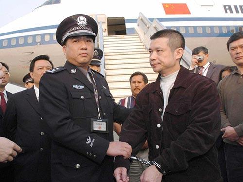 Cựu giám đốc chi nhánh Ngân hàng Trung Quốc Dư Chấn Đông bị dẫn độ từ Mỹ với cáo buộc chuyển tiền phi pháp ra nước ngoài Ảnh: SCMP
