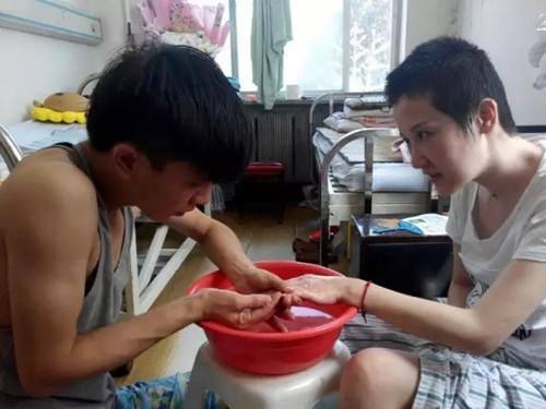 Cư dân mạng rất cảm động trước sự chăm sóc mà chàng trai dành cho cô gái. Ảnh: CCTV