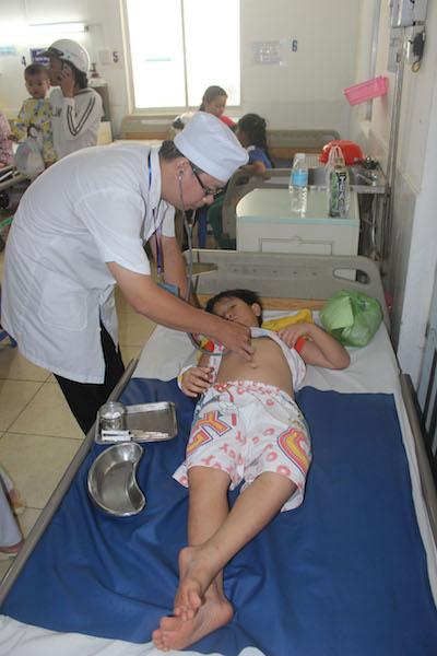 Một trẻ học tại Trường Mầm non Sao Mai đang được điều trị tại BV Nhi đồng Cần Thơ
