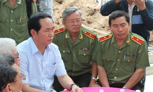 Bộ trưởng Bộ Công an Trần Đại Quang (bên trái) đến hiện trường chia buồn cùng gia tộc đồng thời chỉ đạo điều tra vụ ánẢnh: Như Phú