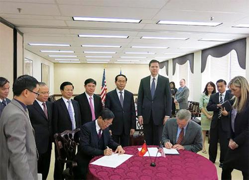 Bộ trưởng Trần Đại Quang và Ngài James Comey chứng kiến lễ ký Thư thỏa thuận về việc FBI chuyển giao phần mềm giám định gen ADN cho lực lượng Cảnh sát Việt Nam