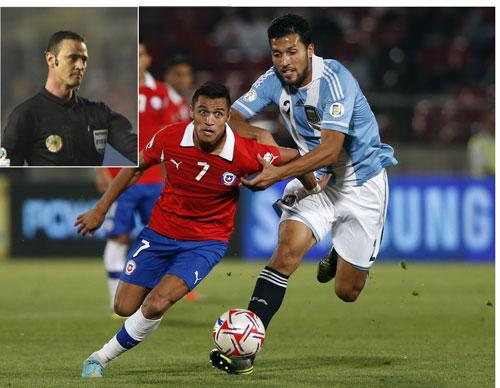 Sanchez (trái) được kỳ vọng sẽ tỏa sáng để giúp Chile gây bất ngờ trước Argentina rạng sáng 5-7,  với trọng tài chính là Roldan (ảnh nhỏ) Ảnh: REUTERS