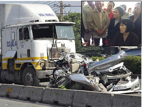 Hiện trường vụ tai nạn làm 5 người chết và bà Huỳnh Thị Cẩm (ngồi) đau đớn vì mất chồng, con  Ảnh: Phạm Dũng