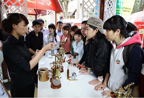 Đến với liên hoan cà phê Buôn Ma Thuột, những người yêu cà phê có cơ hội trải nghiệm văn hóa cà phê thế giới