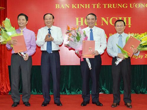 Ông Tô Huy Rứa trao Quyết định bổ nhiệm Phó Trưởng Ban Kinh tế Trung ương cho các ông Trương Quang Nghĩa (thứ hai từ phải sang), Trần Văn Hiếu (ngoài cùng bên phải) và Trần Tuấn Anh (ngoài cùng bên trái)