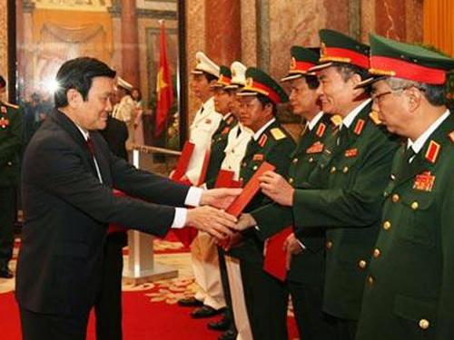Chủ tịch nước Trương Tấn Sang trao quyết định thăng hàm Thượng tướng cho các tướng lĩnh quân đội và công an - Ảnh: QĐND