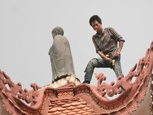 Nam thanh niên này có những biểu hiện không bình thường khi đứng trên đỉnh bảo tháp