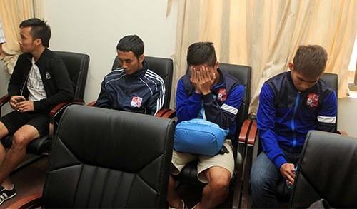 Các cầuthủ Đồng Nai tại cơ quan điều tra ngay sau khi trận đấu giữa Đồng Nai và Than Quảng Ninh kết thúc