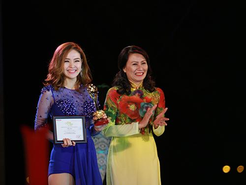 Cô hạnh phúc nhận tượng Mai và giấy chứng nhận từ tay bà Nguyễn Thị Thu - Ủy viên Đoàn chủ tịch Tổng LĐLĐ Việt Nam, Thành Ủy viên, Chủ tịch LĐLĐ TP HCM