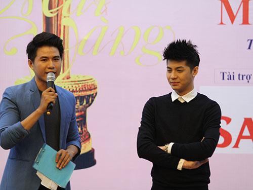 MC Mạnh Cường và Noo Phước Thịnh trong buổi trao thưởng.