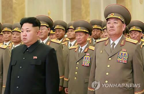 Bộ trưởng Quốc phòng Triều Tiên Hyon Yong-chol (phải) và nhà lãnh đạo Kim Jong-un  Ảnh: YONHAP