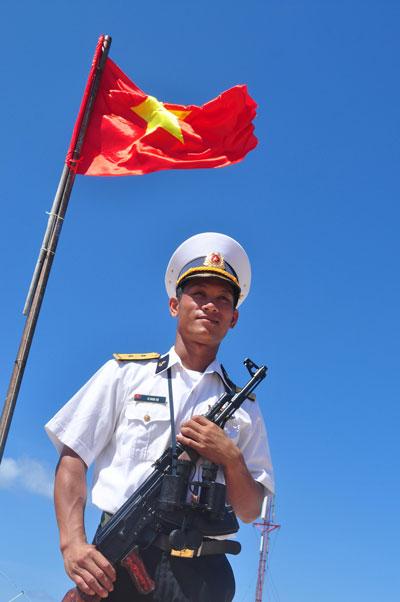 Chiến sĩ hải quân Việt Nam canh gác trên đảo Đá Tây (quần đảo Trường Sa) Ảnh: Quang Liêm