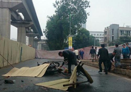 Vụ tai nạn sập cần cầu tại công trình thi công tuyến đường sắt Cát Linh - Hà Đông khiến 1 người chết và 3 người bị thương. (Ảnh: Nguyễn Dương)