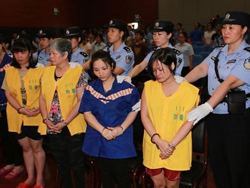 Tòa án tại khu tự trị dân tộc Choang ở Quảng Tây - Trung Quốc xét xử vụ án buôn bán trẻ em qua biên giới tháng 5-2014, trong đó kẻ cầm đầu (trái) lãnh án tử Ảnh: CHINA DAILY