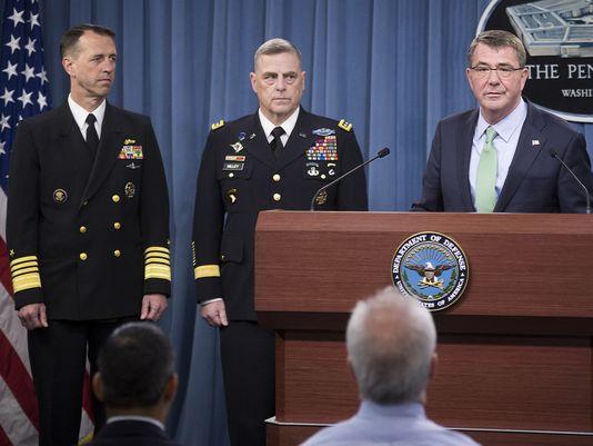 Bộ trưởng Quốc phòng Ash Carter (phải) thông báo việc bổ nhiệm Đô đốc John Richardson (trái) và Tướng Mark Milley, trở thành tân Tư lệnh Hải quân và Tư lệnh Lục quân Mỹ. Ảnh: Hải quân Mỹ