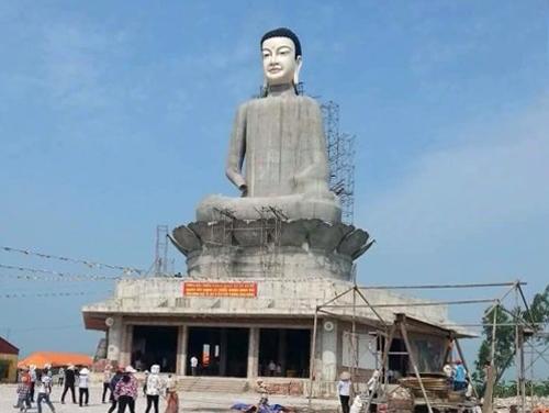 Tượng Phật trước khi bị đổ sập