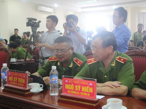 Thiếu tướng Nguyễn Sỹ Tiến, Cục trưởng C45 (trái) và Thiếu tướng, Cục trưởng C54 tại cuộc họp báo