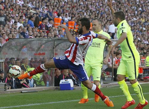 Arda Turan trong vòng vây hàng thủ Barcelona