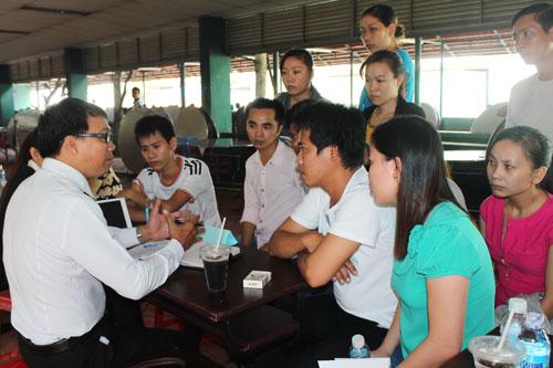 Công nhân quận Gò Vấp, TP HCM đang được tư vấn pháp luật miễn phí