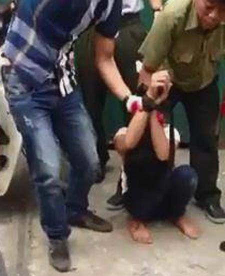 Lực lượng trật tự phường Nguyễn Trãi khống chế cô gái