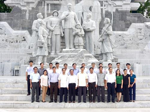 Sau khi tham quan tìm hiểu tượng đài Bác Hồ với nhân dân các dân tộc Tuyên Quang vào cuối tháng 7-2015, lãnh đạo tỉnh Sơn La quyết định thực hiện dự án tượng đài - quảng trường 1.400 tỉ đồng. Ảnh: Báo Tuyên Quang