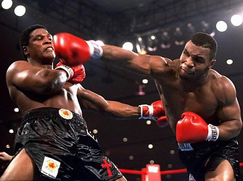 Võ sĩ 20 tuổi Tyson (phải) giành chiến thắng trước Berbick năm 1986