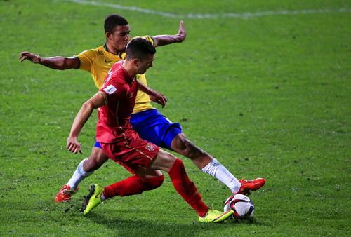 U20 Brazil (áo vàng) gặp đối thủ xứng tầm là Serbia