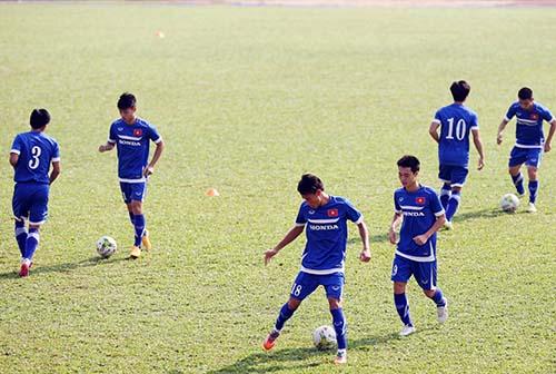 Trời nắng gắt khiến các tuyển thủ Việt Nam tập vất vã