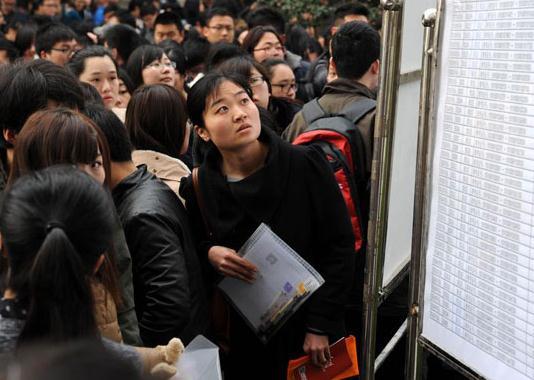 Lần đầu tiên kể từ năm 2006, giới công chứcTrung Quốc được tăng lương. Ảnh: Xinhua