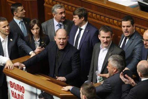 Một nhóm nghị sĩ Ukraine phong tỏa diễn đàn để đòi lập ủy ban điều tra nội các Thủ tướng Arseniy Yatsenyuk Ảnh: Kyiv Post