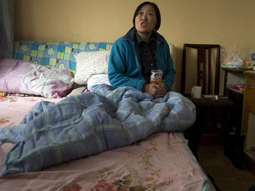 Bà Lý Hiểu Hà đang trọ tại một căn phòng chật chội ở phía Tây TP Thượng Hải chờ điều trị ung thư Ảnh: AP