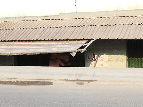 Một căn nhà trên đường Tam Bình chỉ nhìn thấy mái sau khi nâng đường