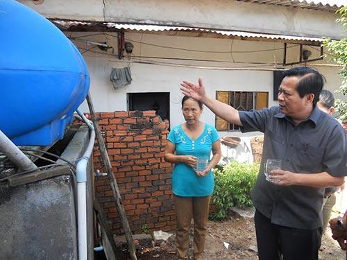 Phó Chủ tịch UBND TP HCM Nguyễn Hữu Tín trong một lần khảo sát việc người dân sử dụng nước sạch tại quận 12, TP HCM Ảnh: PHAN ANH