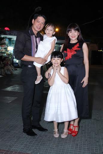 Bình Minh cùng vợ và 2 cô con gái