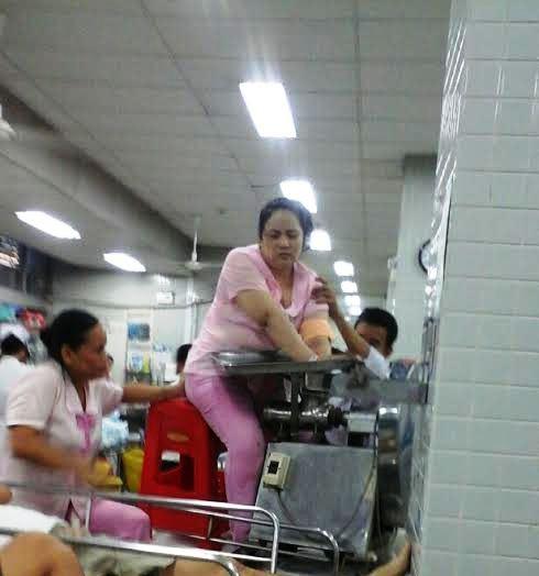 Chị Loan được chuyển vào phòng mổ cùng máy xay thịt. Ảnh Phạm Dũng chụp sáng 6-5