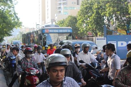 Ùn tắc kéo dài dưới cái nóng 40 độ trên đường Xuân Thủy, Hà Nội