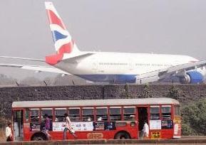 Lãnh đạo các hãng bay nói hành khách phải đợi 8 ngày nữa mới có thể lên chuyến bay tiếp theo. Ảnh: Time of India