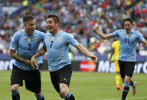 Cristian Rodriguez (7) ghi bàn duy nhất giúp Uruguay giành chiến thắng mở màn