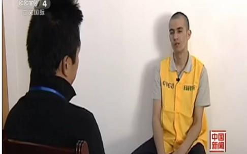 Anh Aikebaier (áo vàng) được phỏng vấn. Ảnh: SCMP