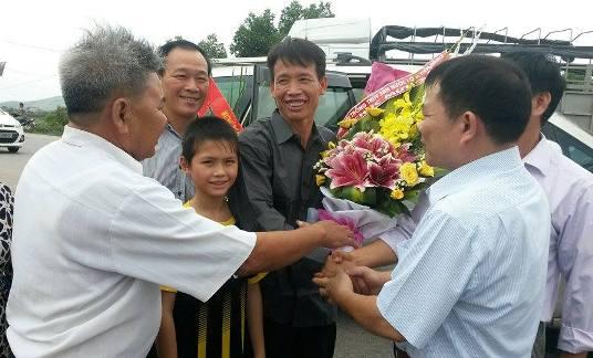 Các hội viên Liên chi hội Nuôi trồng thủy sản nước lợ huyện Tiên Lãng tặng hoa ông Vươn. Hiện ông Vươn vẫn là chủ tịch Liên chi hội