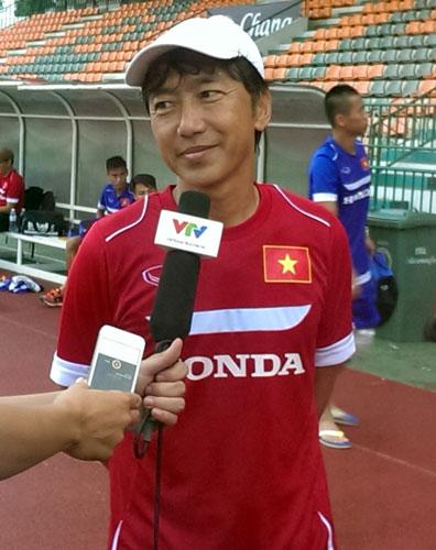 HLV Miura trả lời báo chí sau buổi tập ở Thái Lan