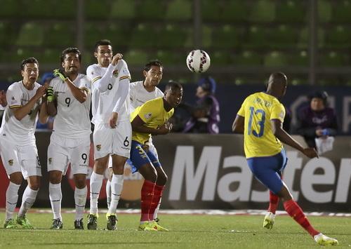 Erner Valencia sút phạt cho Ecuador