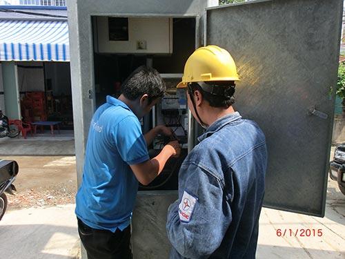 """Nhân viên kỹ thuật của ICDREC lắp đặt modem DCM cho dự án """"3.000 điểm thu thập dữ liệu từ xa"""" dưới sự giám sát của nhân viên điện lựcẢnh: ICDREC"""