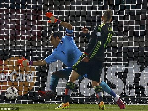 Chile và Mexico có cuộc rượt đuổi tỉ số hấp dẫn và chia điểm với tỉ số 3-3