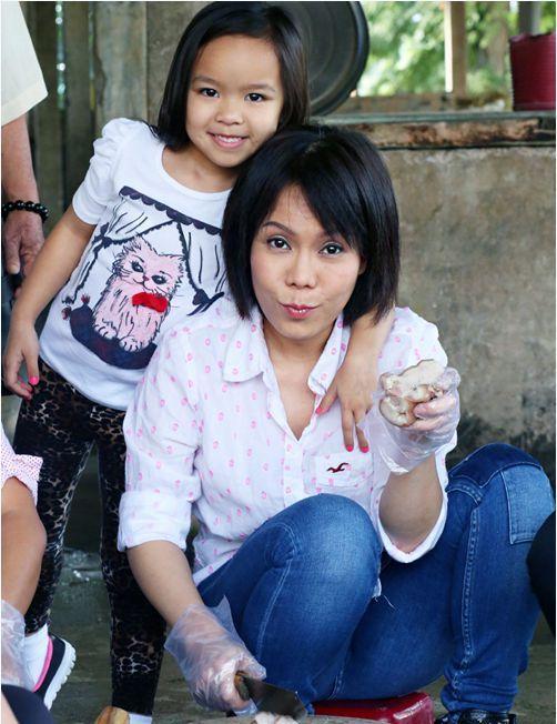 Việt Hương và con gái trong 1 chuêến từ thiện