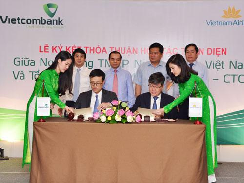 Ông Phạm Quang Dũng - Tổng giám đốc Vietcombank ( bên trái) và ông Phạm Ngọc Minh - Tổng giám đốc Vietnam Airlines ký hợp tác toàn diện