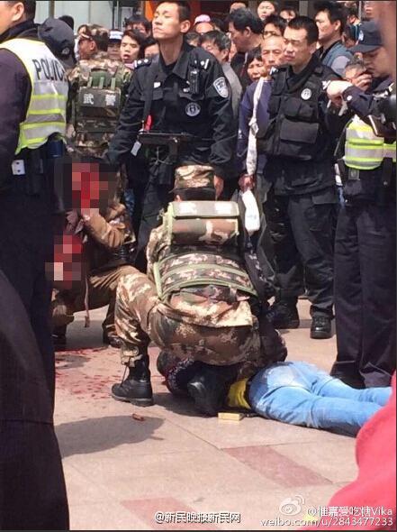 Cảnh sát bắt giữ hung thủ gây ra vụ việc. Ảnh: CCTV