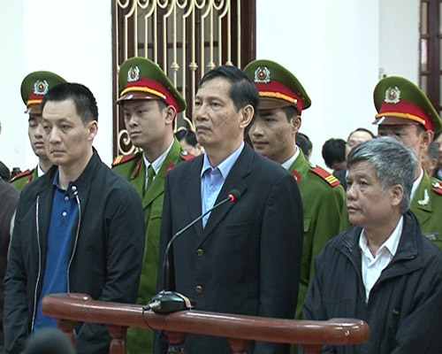 Bị cáo Phạm Thanh Bình (giữa) cùng các bị cáo khác tại phiên toà xét xử vụ án xảy ra tại Vinashin